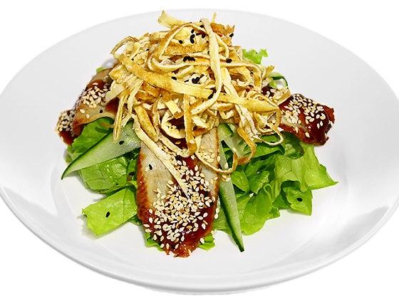 Унаги томагоПодкопченный угорь, огурец, яичный блин, лист салата, соус унаги, кунжут